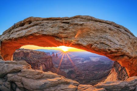 メサ ・ アーチ モアブ、ユタ州、米国近くキャニオンランズ国立公園での日の出 写真素材