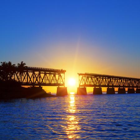 有名な壊れた橋、ケイの西に色鮮やかな夕焼け