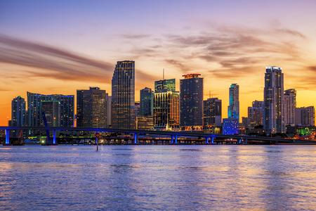 有名な都市、マイアミ、フロリダ州の夏の日没
