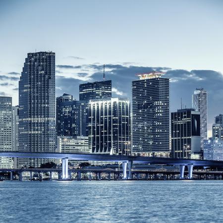 フロリダ州マイアミ市、ビジネスおよび住宅およびビスケーン湾橋