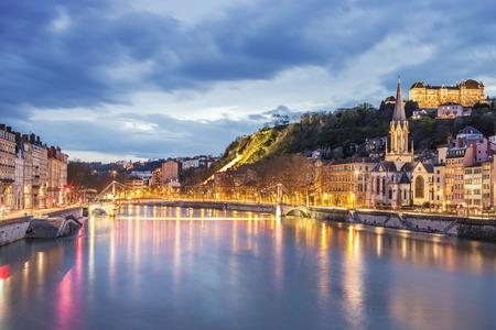 夜、フランスのリヨンでソーヌ川の眺め
