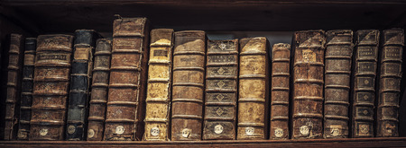 oude boek in een bibliotheek Redactioneel
