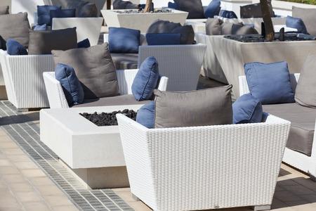 屋外の家具籐アームチェア、テラス テーブル 写真素材