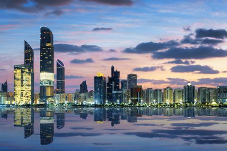 puesta de sol: Vista de Abu Dhabi Skyline al atardecer, Emiratos �rabes Unidos