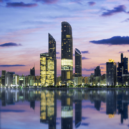 日没で、アラブ首長国連邦、アブダビのスカイライン 写真素材