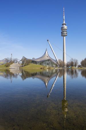 deportes olimpicos: Olympiapark Munchen (Olympiahalle) y el lago, Alemania. Editorial