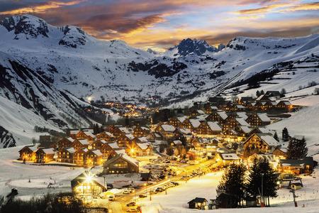 夜の風景やスキー リゾート フランス アルプス、フランス サン ・ ジャン サンソルランダルヴ