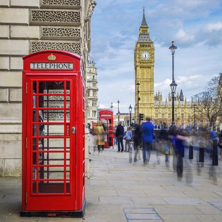 Rode telefooncel met de Big Ben op de achtergrond, Londen. Stockfoto