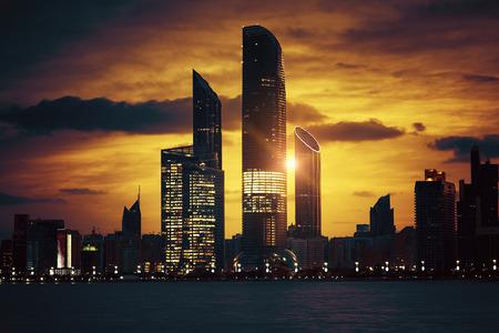 Weergave van Abu Dhabi Skyline bij zonsondergang, Verenigde Arabische Emiraten, speciale fotografische verwerking. Stockfoto
