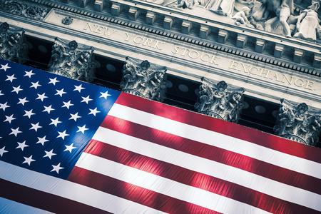 ウォール街のニューヨーク証券取引所の入り口