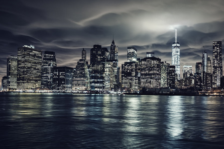 夜、ニューヨーク市のマンハッタン。ブルックリンからの眺め