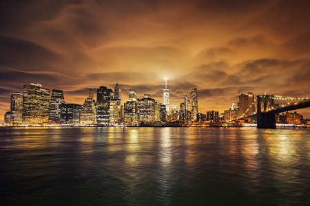 paisajes noche pareja: Manhattan al atardecer, la ciudad de Nueva York. Vista desde Brooklyn