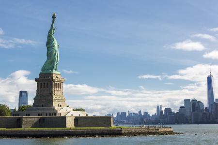 自由と米国ニューヨーク市のスカイラインの像。