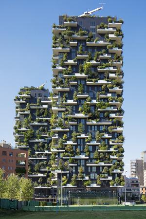 milánó: MILAN, OLASZORSZÁG, 2015. augusztus 30 .: Felhőkarcoló függőleges erdő. Az épület különlegessége több mint 900 fafaj jelenléte. Sajtókép