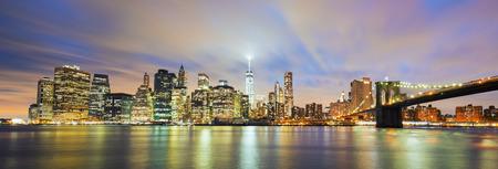 Panoramisch uitzicht van New York City Manhattan midtown in de schemering met wolkenkrabbers verlicht over Oost-rivier Stockfoto