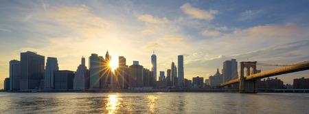 sunrise: Panorama-Blick auf Manhattan bei Sonnenaufgang, New York City. Lizenzfreie Bilder
