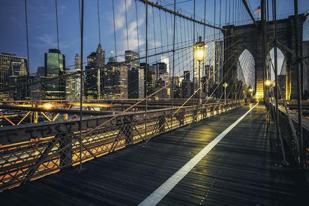 夜、アメリカ ・ ニューヨークのブルックリン橋。