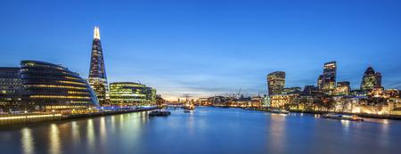 Panoramiczny widok na panoramę londyńskiej dzielnicy Tower Bridge.