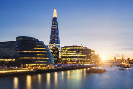 View of london skyline from the Tower Bridge. Standard-Bild
