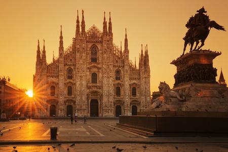 milánó: Tekintettel a Dóm napkeltekor, Milánó, Európában.