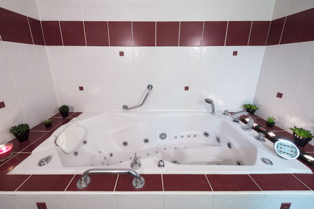 luxuriously: Jacuzzi bath with candles and plants