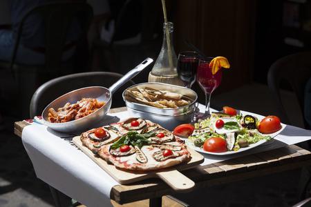restaurante italiano: comida italiana tradicional en el restaurante al aire libre Foto de archivo