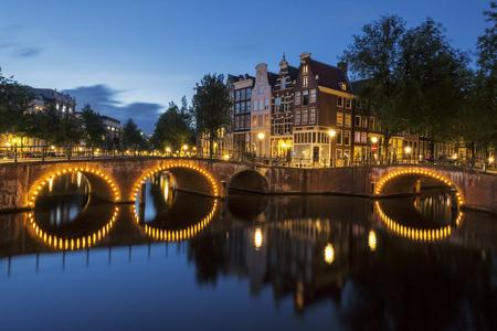 luz roja: Canal de Amsterdam por la noche. Países Bajos