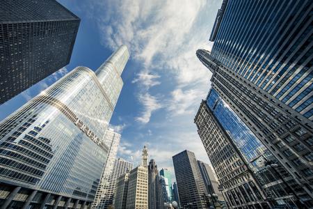 CHICAGO, ILLINOIS (USA) - OCTOBER 8, 2018: Trump Tower skyscraper building on Chicago River - Image Redactioneel