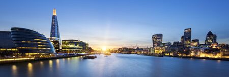 Una vista desde el horizonte de Londres desde el Tower Bridge.