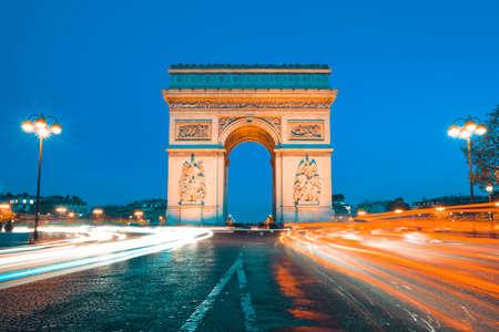 The famous Arc de Triomphe by night, Paris France 免版税图像