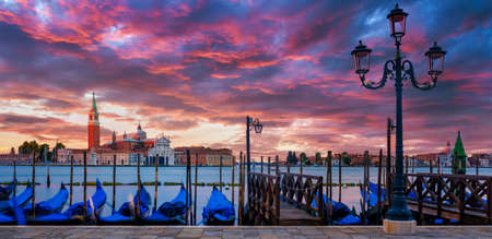 Gondolas floating in the Grand Canal, panoramic view Standard-Bild