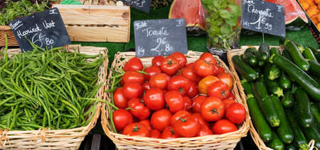 tomatoes and beans in french market 免版税图像