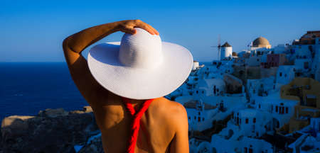 woman with white hat in Oia, Santorini, Greece 免版税图像
