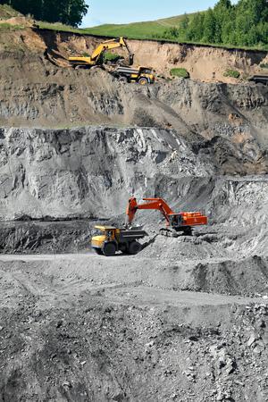camion minero: Excavadora de cargar el mineral de hierro en el cami�n de miner�a pesada