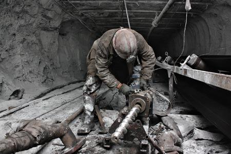 worker: La minera realiza un trabajo en una mina
