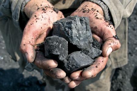 guantes: minero de carb�n en manos del fondo de carb�n Foto de archivo