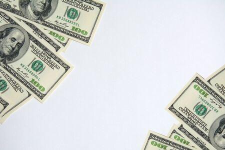 Fondo de moneda en efectivo de dinero en dólares estadounidenses. Borde de billetes de 100 dólares americanos en la esquina. Billetes de cien dólares estadounidenses aislado sobre fondo blanco. Foto de archivo