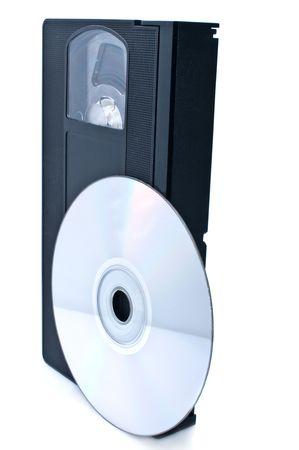 videocassette: Cintas de v�deo y disco digital aislados sobre fondo blanco  Foto de archivo