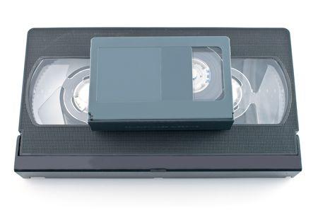 videocassette: Videocasete compacto y VHS aislados sobre fondo blanco