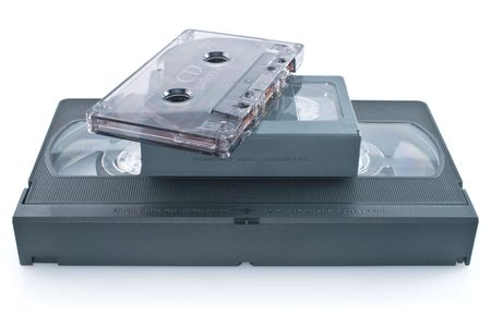 videocassette: Videocasete compacto y casetes de audio aislados sobre fondo blanco