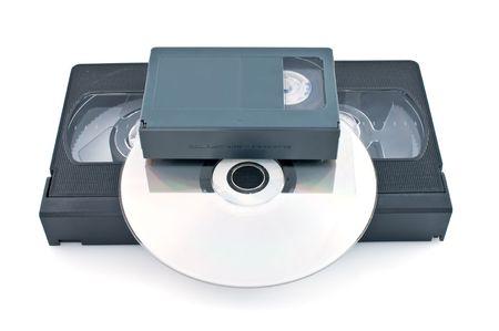 videokassette: Kompakte Videokassetten und DVD isoliert auf wei�em Hintergrund