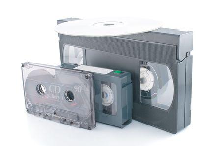 videocassette: Compacto de cintas de v�deo y DVD aislados sobre fondo blanco  Foto de archivo