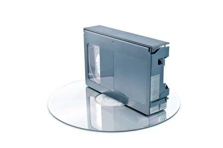 videocassette: Videocasete compacto y disco digital aislados sobre fondo blanco  Foto de archivo