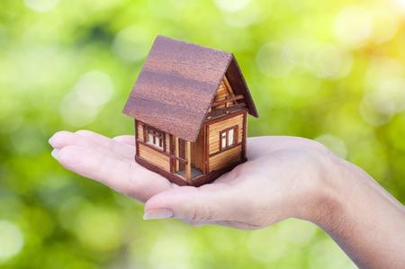 pflegeversicherung: Haus in Frauenhand