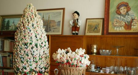 OLOMOUC, CZECH REPUBLIC, SEPTEMBER 5, 2019: Traditional Moravia cottage old folk Hana with wedding cake with fabric and ornaments with fabric colored. Interior of peasant dishes or crockery Archivio Fotografico - 129998938