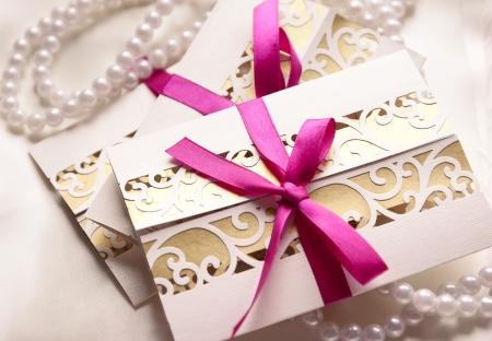 tarjeta de invitacion: Invitaciones de boda hechos a mano con la cinta fucsia Foto de archivo
