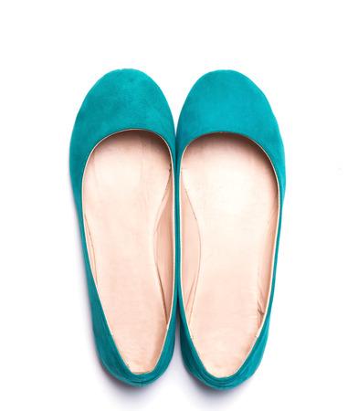 明るいターコイズ色白い背景で隔離のフラット女性靴