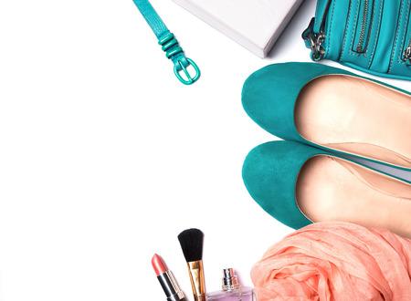 白い背景に、平面図上に分離されて青緑色とピーチ色の女性のアクセサリー。
