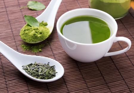 Le thé vert sur le tapis brun-up Banque d'images - 43881875