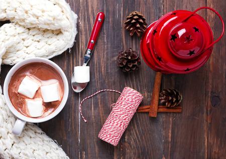 ホットココア マシュマロ、暖かいニット スカーフ、木製テーブル トップ ビューでクリスマスの装飾と 写真素材